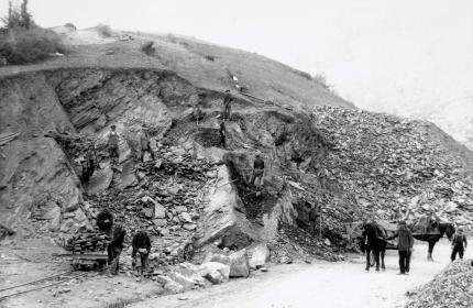 Construction de la ligne de la Mure : un groupe d'ouvriers sur un chantier d'ouvrage d'art. Fin XIXe siècle