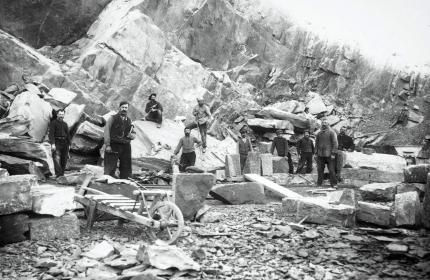 Construction de la ligne de la Mure : des ouvriers dans une carrière. Fin du XIXe siècle