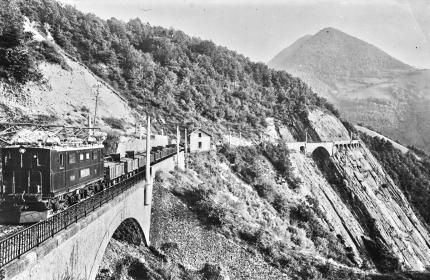 Le chemin de fer de la Mure, vers 1930, au passage de la Rivoire. Avec un à-pic de 300 m sur le Drac !